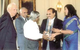 The President, Dr A. P. J. Abdul Kalam Azad, presenting the Samson Daniel Trophy to the  Chairman and Director of the Ryan International and St. Xavier's Group of Schools
